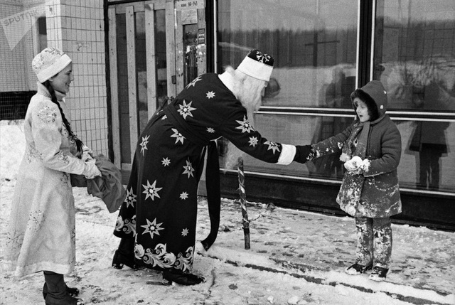Ông già Noel phát quà cho bé gái nhân dịp năm mới tại Nga năm 1985.