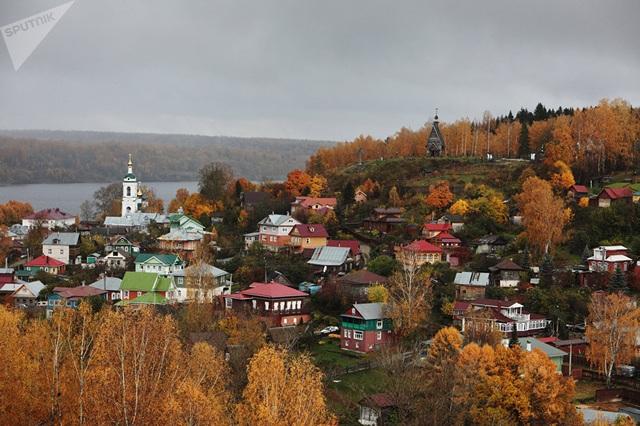 Thành phố Plyos nhìn từ Đồi Voskresenskaya. (Ảnh: Sputnik)