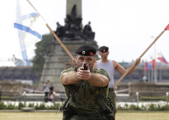 Đại sứ Nga tại Philippines ngày 4/1 cho biết Moscow sẵn sàng cung cấp các loại vũ khí và trang thiết bị hiện đại cho Philippines cũng như mong muốn thắt chặt hơn nữa quan hệ song phương với quốc đảo Đông Nam Á. Trong ảnh: Binh sĩ Nga trong màn trình diễn đấu súng ngắn (Ảnh: AP)
