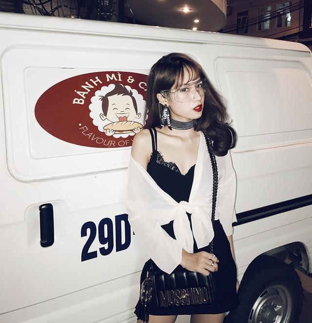 Đoàn Thu Nga sinh ngày 4/11/1996. Nga sinh ra và lớn lên ở Hà Nội. Cô đang là một sinh viên của ĐH Điện lực. Bên cạnh đó, công việc của Nga là người mẫu ảnh, diễn viên livestreamer và kinh doanh quần áo trên mạng.