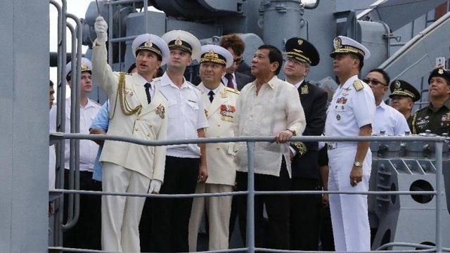Tổng thống Duterte thăm tàu chiến Nga. (Ảnh: AP)