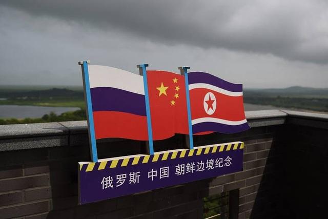 Cờ Nga, Trung Quốc, Triều Tiên tại khu vực biên giới 3 nước ở phía đông bắc Trung Quốc (Ảnh: Getty)