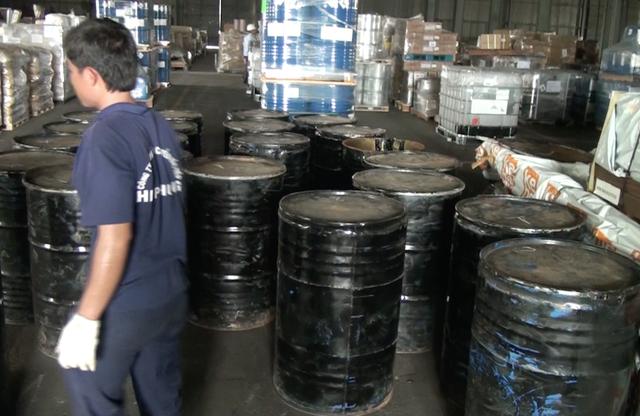 Khởi tố vụ buôn lậu hơn 1,3 tấn ngà voi trong thùng phuy nhựa đường - 1