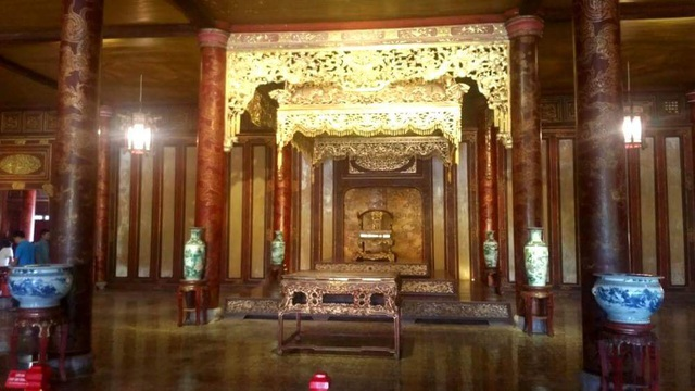 Chiếc ngai vàng đã được Trung tâm Bảo tồn Di tích Cố đô Huế đưa về đặt tại vị trí cũ giữa điện Thái Hòa sau gần 20 ngày tu sửa ngôi điện (ảnh: Trung tâm Bảo tồn Di tích Cố đô Huế)