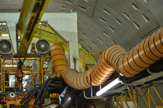 Đường ống màu vàng đưa không khí sạch vào hầm, đảm bảo không gian thi công trong hầm sâu luôn thông thoáng