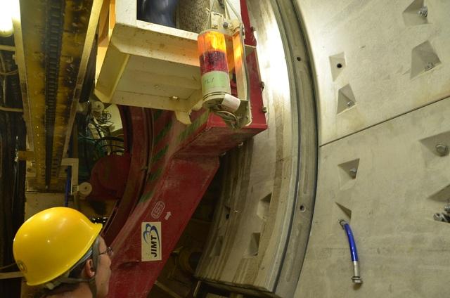 Tấm bê tông đang được đưa vào vị trí lắp ráp