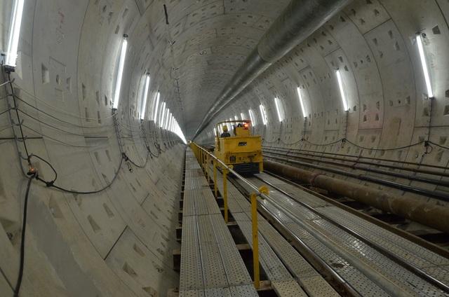 Xe chuyên dùng chở các thiết bị vào phục vụ thi công đào hầm