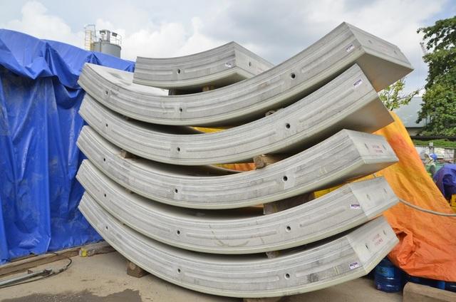 6 tấm bê tông hình vòng cung, mỗi tấm dài 1,2 mét, nặng khoảng 2,5 đến 3 tấn ốp vào vách hầm, tạo nên đường hầm metro.