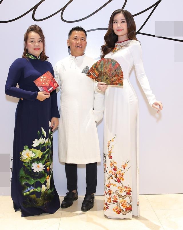 Hoa hậu Đại dương Lê Âu Ngân Anh (ngoài cùng bên phải) xuất hiện với nhan sắc nhẹ nhàng chứ không còn bởi đôi môi tều như ngày mới đăng quang.