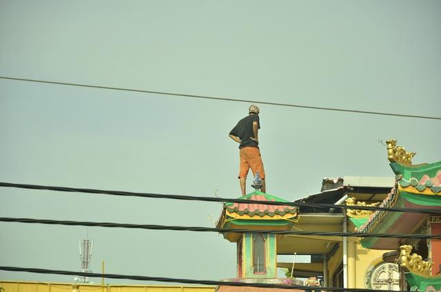 Thanh niên trèo lên nóc chùa quậy phá suốt nhiều giờ - 2