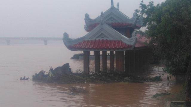 Bến thả hoa Nam Thạch Hãn bị ngập nước