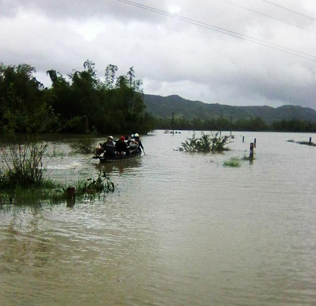 Tại huyện Đồng Xuân mưa lớn kèm với xả lũ đã làm nhiều nơi chia cắt