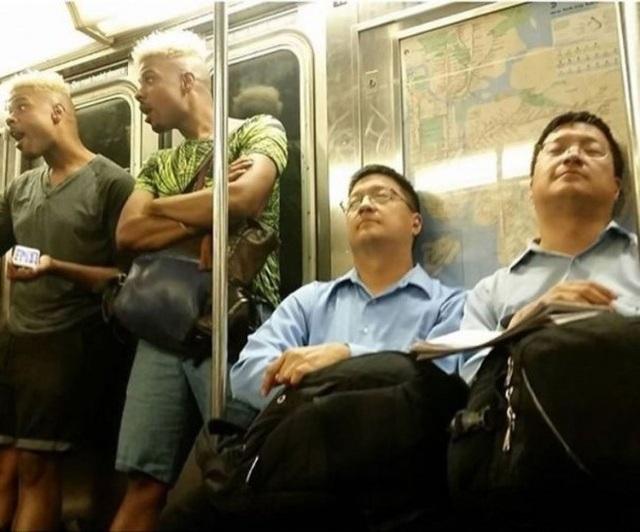 Khoảnh khắc ngẫu nhiên vô cùng hài hước trên tàu điện ngầm.