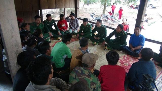 Lực lượng biên phòng tích cực bám dân để tuyên truyền, vận động bà con tham gia bảo vệ biên cương