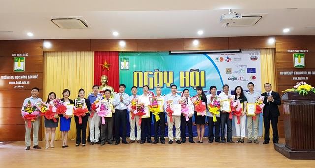 Nhà trường trao bằng chứng nhận và hoa cảm ơn cho các đơn vị doanh nghiệp tuyển dụng