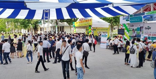 Ngày hội việc làm thu hút đông đảo sinh viên năm cuối và năm kế cuối trường tham dự tìm cơ hội