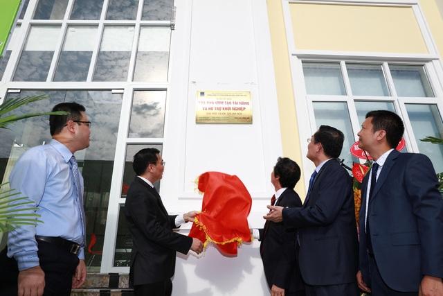Bộ trưởng Bộ Khoa học và Công nghệ Chu Ngọc Anh và Giám đốc ĐHQGHN Nguyễn Kim Sơn cắt băng khánh thành tòa nhà Ươm tạo tài năng và Hỗ trợ khởi nghiệp, ĐHQGHN (Ảnh: Bùi Tuấn)