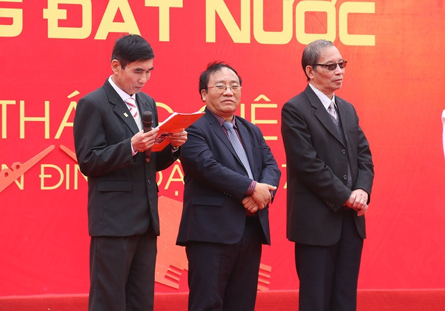 Nhà thơ Trần Đăng Khoa (giữa) chia sẻ, làm thơ hay thật không đơn giản.
