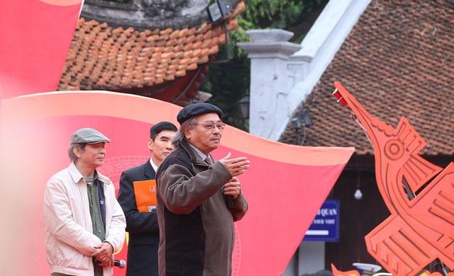 Các nhà thơ trình diễn tại sân Văn Miếu.