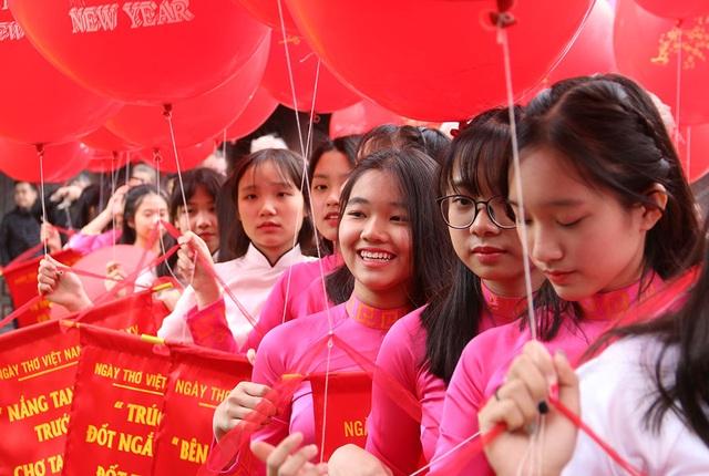 Ngày thơ Việt Nam thêm tươi trẻ với sự góp mặt của các nữ sinh.