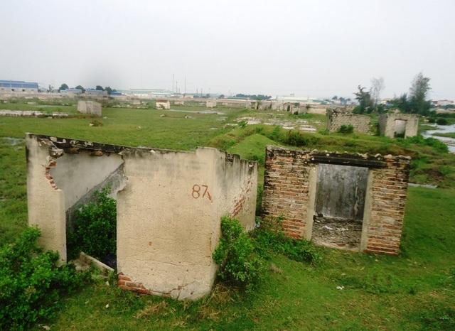 Những kho chứa muối gợi nên một thời kinh tế phát triển ở xã Hải Bình, huyện Tĩnh Gia giờ trở nên hoang tàn, lạnh lẽo