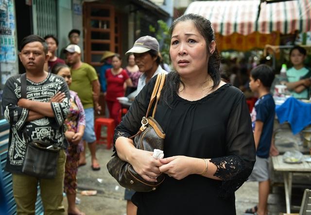 Nghệ sĩ nhân dân Hồng Vân cũng bàng hoàng trước sự ra đi đột ngột của nghệ sĩ Khánh Nam, chị không nén được xúc động rơi lệ ngay từ khi vừa đến tang lễ.