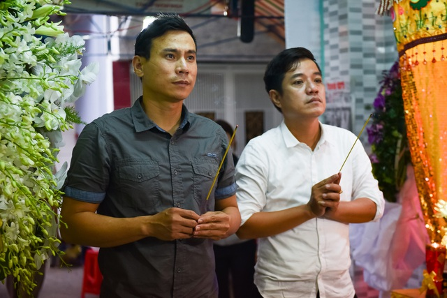 Diễn viên Trí Quang dành thời gian đến viếng đàn anh ngay trong ngày tổ chức tang lễ đầu tiên.