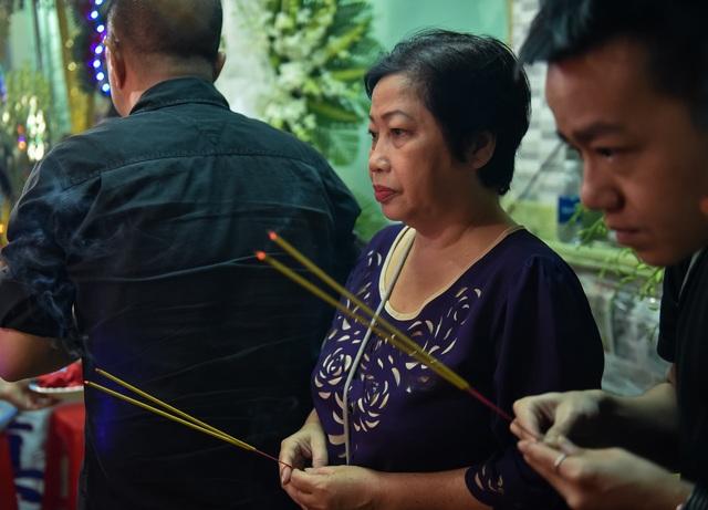 Diễn viên Phi Phụng cũng đến thắp hương, chia buồn cùng gia đình