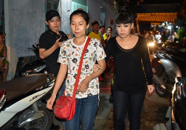 Tối cùng ngày, danh hài Việt Hương cũng dành thời gian đến viếng nam nghệ sĩ