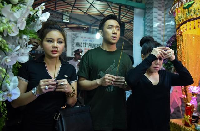 Trấn Thành và nghệ sĩ Lê Giang cũng có mặt tại tang lễ cùng nghệ sĩ Việt Hương thắp nhang tiễn đưa người đồng nghiệp vắn số.