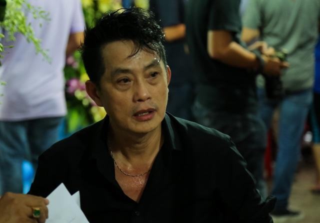 Anh trai Khánh Nam - nghệ sĩ cải lương Khánh Tuấn một mình lo liệu hậu sự cho em trai.