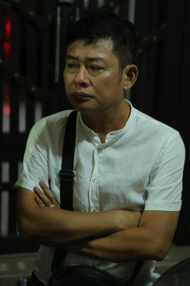 Diễn viên hài Tấn Beo trầm buồn trước mất mát anh, anh lặng lẽ đứng trước linh cữu người đã mất.