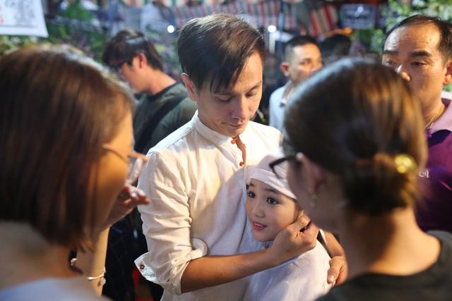 Diễn viên Đình Toàn an ủi con gái nuôi nghệ sĩ Khánh Nam.
