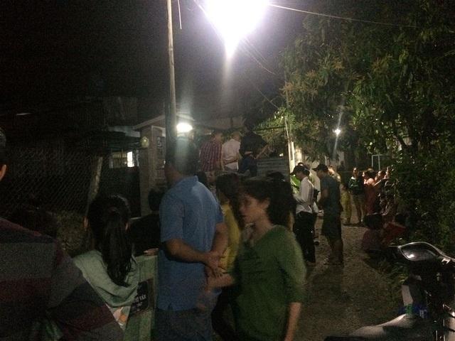 Người dân tập trung bên ngoài hiện trường theo dõi vụ việc