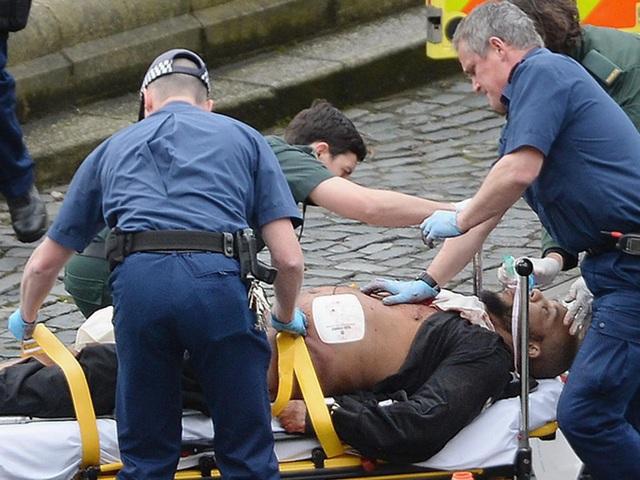 Nghi phạm Khalid Masood được đưa lên xe cáng sau khi trúng đạn của cảnh sát trong vụ tấn công khủng bố ở London (Ảnh: PA)