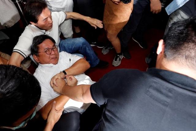 Nghị sĩ đảng Dân tiến (DPP) Chen Ming-Wen (trái) ẩu đả với nghị sĩ đảng đối lập Koumintang (KMT) Hsu Yu-Jen (phải) trong phiên họp về chương trình phát triển hạ tầng tại trụ sở cơ quan lập pháp Đài Loan ngày 18/7.