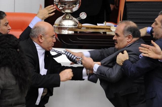 Nghị sĩ Muhittin Aksak (phải) của đảng AKP cầm quyền và nghị sĩ Mahmut Tanal của đảng đối lập túm áo nhau ngay tại phiên họp ở Ankara, Thổ Nhĩ Kỳ.