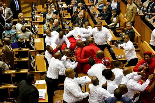 Giới chức an ninh đã phải vào cuộc đưa các thành viên gây rối của đảng Các chiến binh của nền kinh tế tự do ra ngoài hội trường khi Tổng thống Jacob Zuma có bài phát biểu trước Quốc hội và Hội đồng quốc gia các tỉnh ở Cape Town, Nam Phi.
