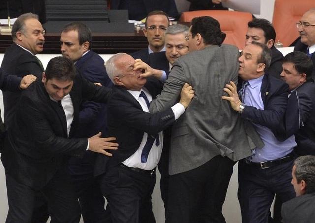 Các nghị sĩ thuộc đảng đối lập Cộng hòa Nhân dân (CHP) và đảng cầm quyền AKP xô xát trong một phiên tranh luận về dự luật nhằm thúc đẩy quyền lực của cảnh sát tại tòa nhà Quốc hội Thổ Nhĩ Kỳ ở Ankara.