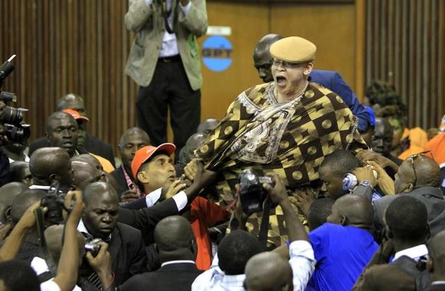 Ông Isaac Mwaura, nghị sĩ được đề cử của Quốc hội Kenya, đã bị đưa ra ngoài khi lớn tiếng nổi giận trong một phiên họp của quốc hội tại Nairobi, Kenya.