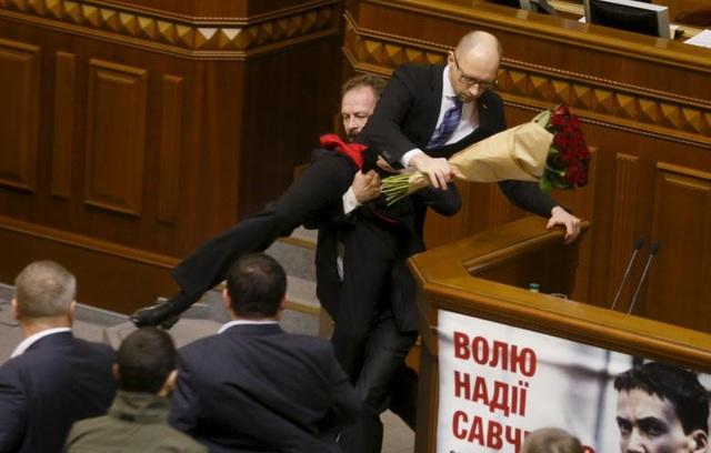 Nghị sĩ Oleg Barna bất ngờ bế thốc Thủ tướng Ukraine Arseny Yatseniuk ra khỏi bục phát biểu sau khi tặng ông một bó hoa hồng trong phiên họp của Quốc hội Ukraine ở Kiev.