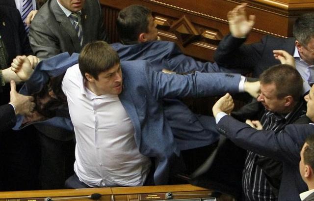 Các nghị sĩ lao vào đấm nhau tại một phiên họp ở tòa nhà quốc hội tại Kiev, Ukraine.