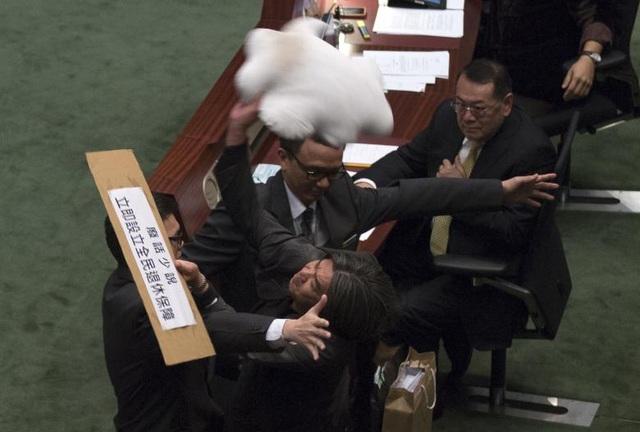Nghị sĩ Leung Kwok-hung ném đồ đạc về phía người đứng đầu cơ quan tài chính Hong Kong John Tsang để thể hiện sự bất mãn trong phiên họp tại nghị trường.