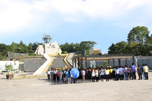 Khách đến tri ân liệt sĩ tại Nghĩa trang đường 9
