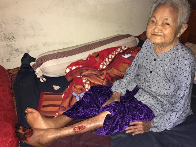 Cụ Nguyễn Thị Hường (98 tuổi) - mẹ liệt sĩ Nguyễn Đình Tương hy sinh năm 1970 tại chiến trường Quảng Trị - mẹ Hường đã già yếu nhưng sống trong căn nhà cũng chỉ được đền bù giá quá thấp.