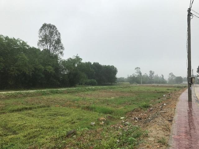 Đất tái định cư và đất cũ của người dân chỉ cách nhau tầm 10m, song giá bán giá quá cao nên người dân đang rất bất bình.