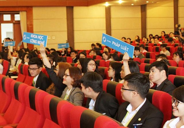 Các nghị sĩ trẻ của VNYP được thực hành công việc của một người đại biểu nhân dân ở nghị trường.