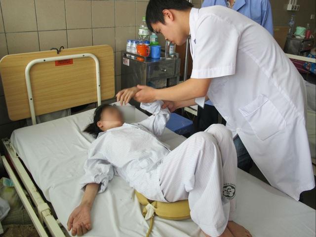 Sau 3 tuần thải độc chì, tình trạng bệnh nhân đã đỡ hơn nhưng vẫn chưa thể tự đi lại, tự xoay người do teo cơ, tổn thương dây thần kinh. Ảnh: T.A