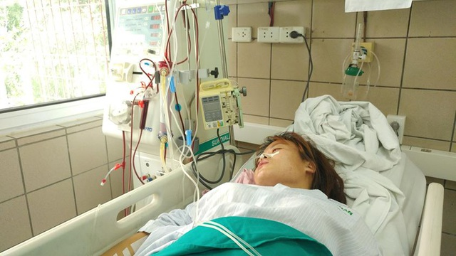 Một sinh viên nữ đang phải lọc máu vì ngộ độc methanol. Ảnh: T.Đ