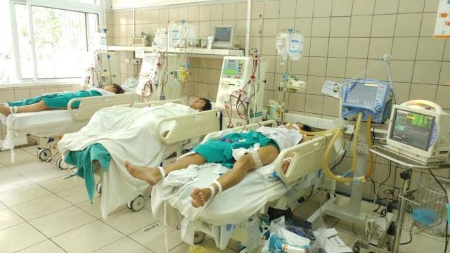 Thêm 5 người bị ảnh hưởng, nâng tổng số ảnh hưởng ca ngộ độc rượu tập thể lên 12 người. Trong đó có 9 bệnh nhân phải nhập viện điều trị, 6 người đang hôn mê vì rượu giả nghi có methanol. Ảnh: T.D